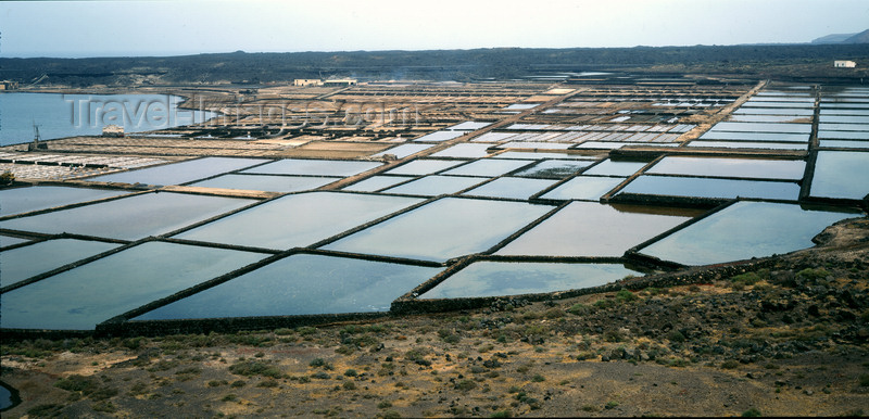 canary69: Janubio, Lanzarote, Canary Islands: old salt pans - shallow open pans used to evaporate brine for the production of salt / Salinas del Janubio - photo by W.Allgöwer - (c) Travel-Images.com - Stock Photography agency - Image Bank