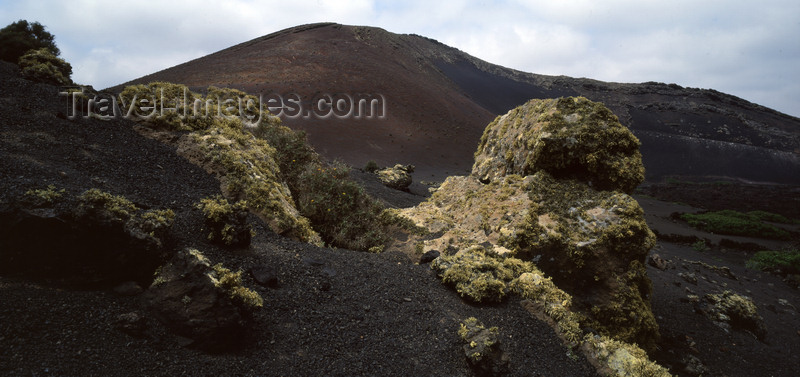 canary74: Tinajo, Lanzarote, Canary Islands: volcanic landscape of Timanfaya National Park - UNESCO Biospherical Reserve -  Parque Nacional de Timanfaya - photo by W.Allgöwer - (c) Travel-Images.com - Stock Photography agency - Image Bank