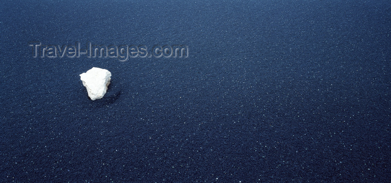 canary75: Timanfaya National Park, Lanzarote, Canary Islands: lone white stone on a lava beach - photo by W.Allgöwer - (c) Travel-Images.com - Stock Photography agency - Image Bank