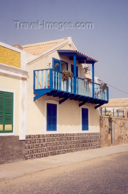 capeverde20: Cape Verde / Cabo Verde - S. Maria, Sal island: blue balcony - varanda azul - photo by M.Torres - (c) Travel-Images.com - Stock Photography agency - Image Bank
