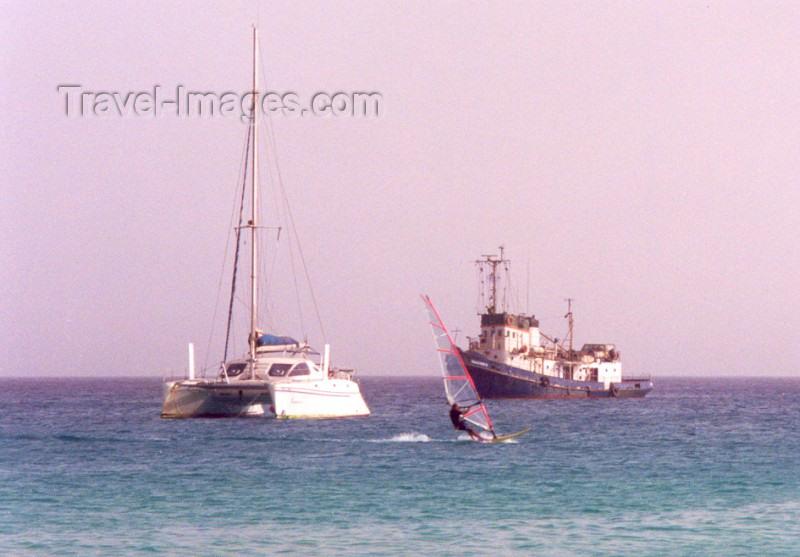 capeverde22: Cape Verde / Cabo Verde - S. Maria, Sal island: off the beach - praia: catamaran + windsurfer + rebocador - photo by M.Torres - (c) Travel-Images.com - Stock Photography agency - Image Bank