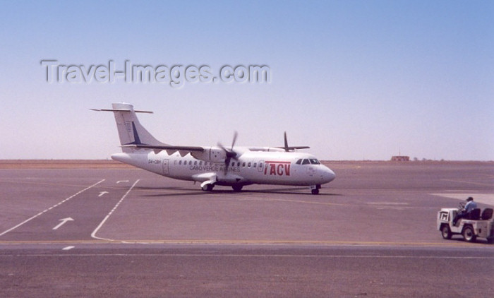 capeverde30: Cape Verde / Cabo Verde - Sal Island - Espargos: Amilcar Cabral airport - TACV arrives from Sao Vicente / aeroporto - avião dos TACV - aircraft - airplane - ATR 42-300 - photo by M.Torres - (c) Travel-Images.com - Stock Photography agency - Image Bank