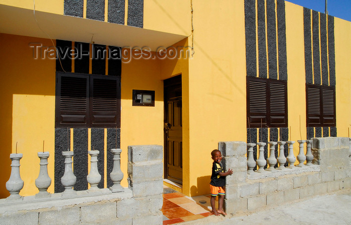 capeverde39: Palmeira, Sal island / Ilha do Sal - Cape Verde / Cabo Verde: colorful house - photo by E.Petitalot - (c) Travel-Images.com - Stock Photography agency - Image Bank