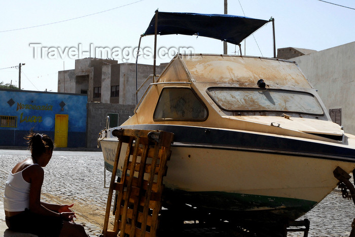 capeverde40: Palmeira, Sal island / Ilha do Sal - Cape Verde / Cabo Verde: woman sitting by a boat on the street - photo by E.Petitalot - photo by E.Petitalot - (c) Travel-Images.com - Stock Photography agency - Image Bank