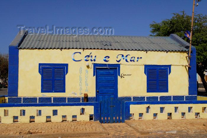 capeverde41: Palmeira, Sal island / Ilha do Sal - Cape Verde / Cabo Verde: colorful building - 'Céu e Mar' handicraft shop by the harbour - photo by E.Petitalot - (c) Travel-Images.com - Stock Photography agency - Image Bank