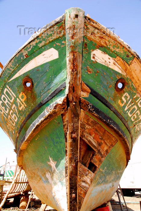 capeverde43: Palmeira, Sal island / Ilha do Sal - Cape Verde / Cabo Verde: prow of old fishing boat 'Heroi' in the harbour - photo by E.Petitalot - (c) Travel-Images.com - Stock Photography agency - Image Bank