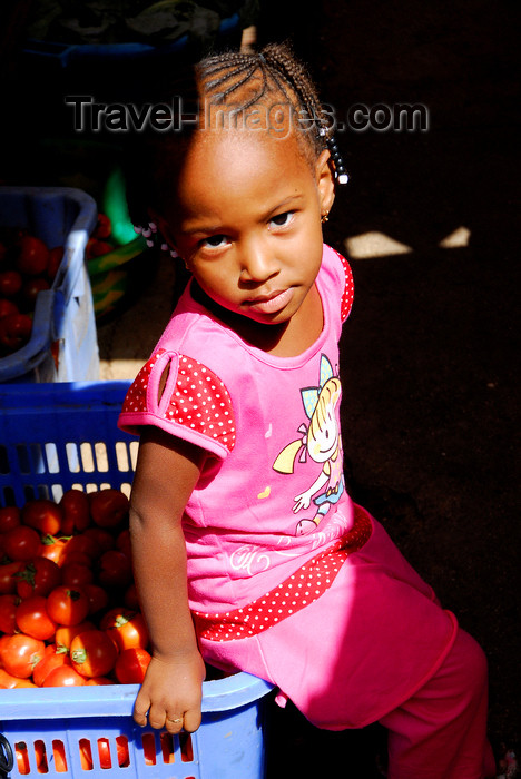 capeverde55: Praia, Santiago island / Ilha de Santiago - Cape Verde / Cabo Verde: small girl in the Praia market - photo by E.Petitalot - (c) Travel-Images.com - Stock Photography agency - Image Bank