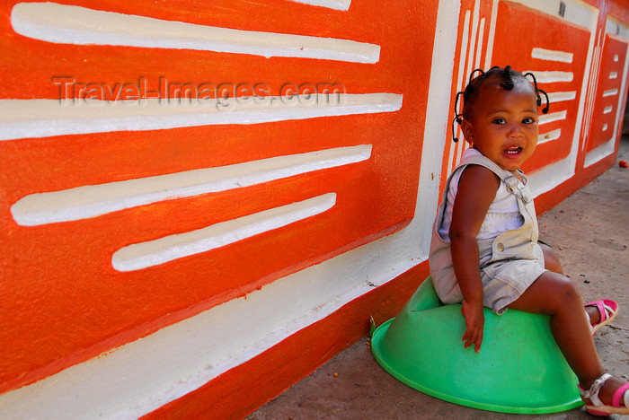 capeverde58: Praia, Santiago island / Ilha de Santiago - Cape Verde / Cabo Verde: small girl on a green bowl - photo by E.Petitalot - (c) Travel-Images.com - Stock Photography agency - Image Bank