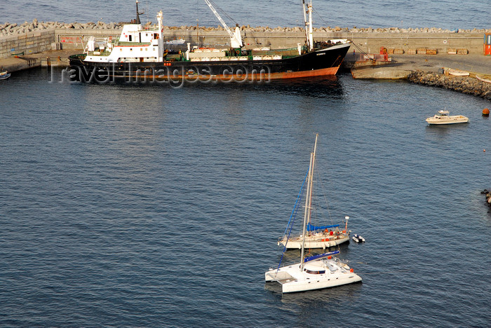 capeverde62: São Filipe, Fogo island - Cape Verde / Cabo Verde: small freighter in the harbour - photo by E.Petitalot - (c) Travel-Images.com - Stock Photography agency - Image Bank