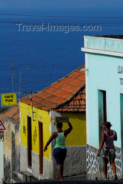 capeverde65: São Filipe, Fogo island - Cape Verde / Cabo Verde: women walking downhill - Café Fixe - photo by E.Petitalot - (c) Travel-Images.com - Stock Photography agency - Image Bank