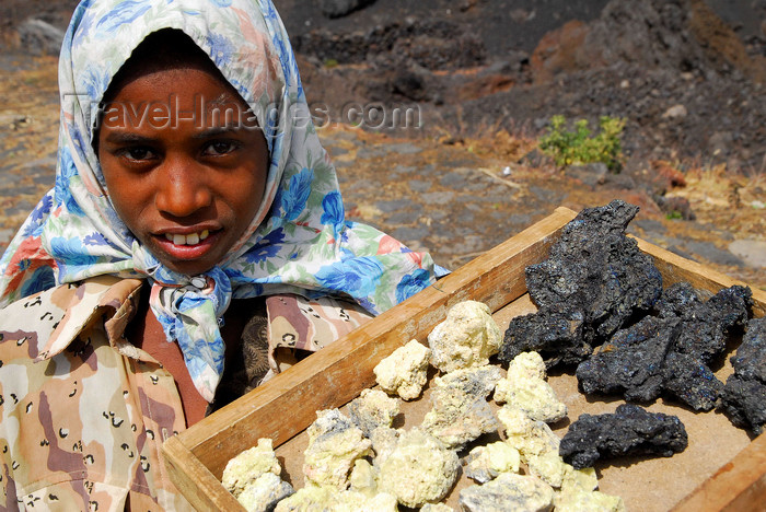 capeverde70: Fogo natural park, Fogo island - Cape Verde / Cabo Verde: girl selling lava - photo by E.Petitalot - (c) Travel-Images.com - Stock Photography agency - Image Bank