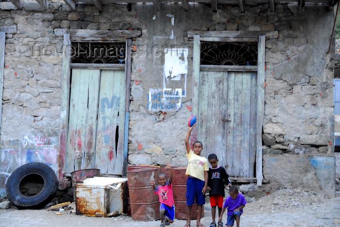 capeverde80: Fajã de Água, Brava island - Cape Verde / Cabo Verde: children and derelict house - photo by E.Petitalot - (c) Travel-Images.com - Stock Photography agency - Image Bank