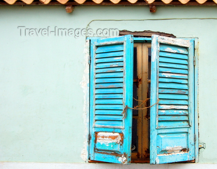 capeverde92: S.Maria, Sal island, Cape Verde / Cabo Verde: window with blue shutters - janela com venezianas azúis - photo by R.Resende - (c) Travel-Images.com - Stock Photography agency - Image Bank