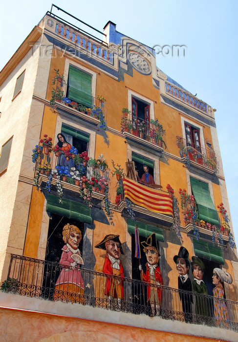 catalon124: Tarragona, Catalonia: fake façade, displaying 'les Nans' and the Catalonian flag, 'La senyera' - trompe-l'œil mural by Carles Arola - Plaça dels Sedassos - photo by B.Henry - (c) Travel-Images.com - Stock Photography agency - Image Bank