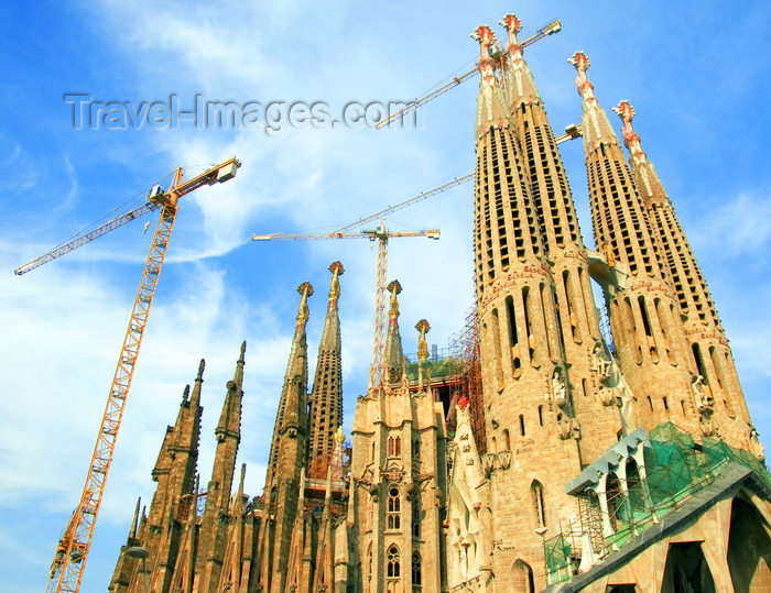 catalon140: Barcelona, Catalonia: cranes and spires - Antoni Gaudí designed Temple Expiatori de la Sagrada Familia always under construction - photo by B.Henry - (c) Travel-Images.com - Stock Photography agency - Image Bank