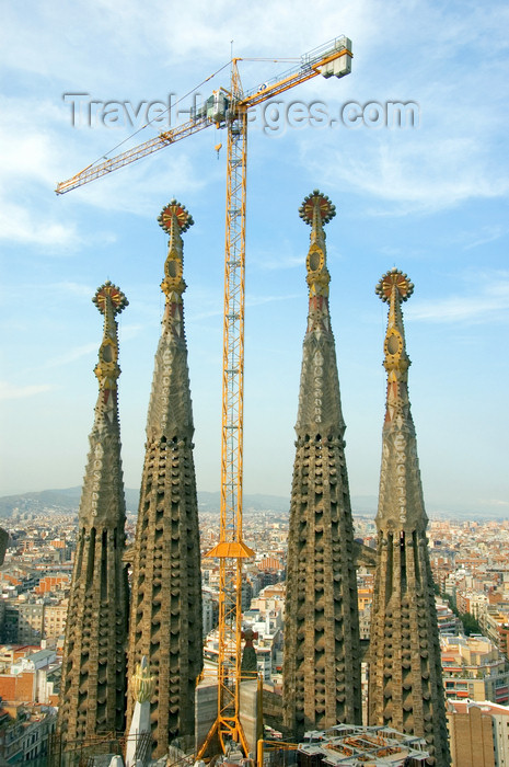 catalon144: Barcelona, Catalonia: still building Antoni Gaud&#237;'s Temple Expiatori de la Sagrada Familia - crane - photo by B.Henry - (c) Travel-Images.com - Stock Photography agency - Image Bank