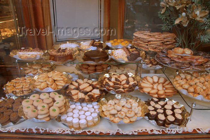 catalon153: Barcelona, Catalonia: cake shop - photo by T.Marshall - (c) Travel-Images.com - Stock Photography agency - Image Bank