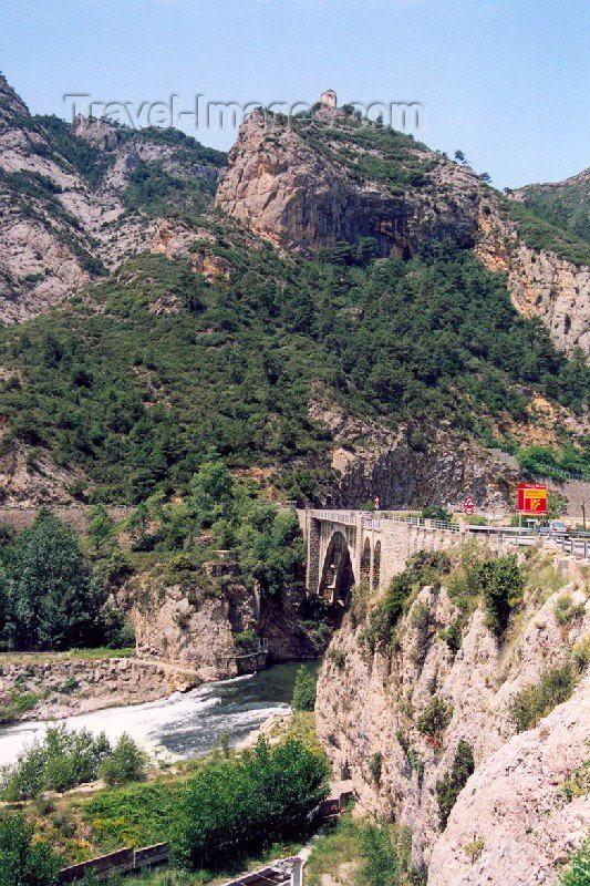 catalon22: Catalonia / Catalunya - Oliana, Alt Urgell, Lleida province: bridge on the river Segre - photo by Miguel Torres - (c) Travel-Images.com - Stock Photography agency - Image Bank