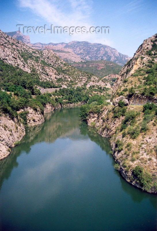 catalon23: Catalonia / Catalunya - Oliana, Alt Urgell, Lleida province: the river Segre - gorge / Riu Segre / Rio Segre - photo by Miguel Torres - (c) Travel-Images.com - Stock Photography agency - Image Bank