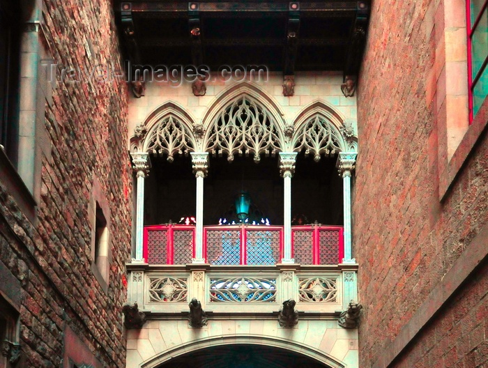 catalon247: Barcelona, Catalonia: the neo-Gothic Bisbe bridge, between the Generalitat and Cases dels Canonges, Carrer del Bisbe, Barri Gòtic, Ciutat Vella - photo by M.Torres - (c) Travel-Images.com - Stock Photography agency - Image Bank