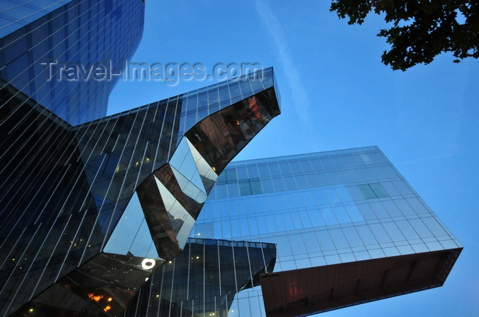catalon259: Barcelona, Catalonia: bird-like HQ of Fenosa Natural Gas, Edifici Gas Natural, aka Torre Mare Nostrum - nocturnal - photo by M.Torres - (c) Travel-Images.com - Stock Photography agency - Image Bank