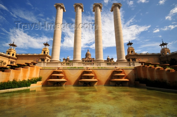 catalon282: Barcelona, Catalonia: Montjuïc - four Ionic columns seen from the Magic Fountain, Palau d'Alfons XIII, Palau de la Reina Victòria Eugèni and Palau Nacional - photo by M.Torres - (c) Travel-Images.com - Stock Photography agency - Image Bank
