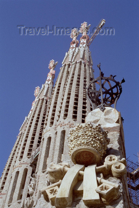 catalon72: Catalonia - Barcelona: Papal symbols outside the Sagrada Familia catedral / El Temple de la Sagrada Família - architect Antoni Gaudí - photo by M.Bergsma - (c) Travel-Images.com - Stock Photography agency - Image Bank