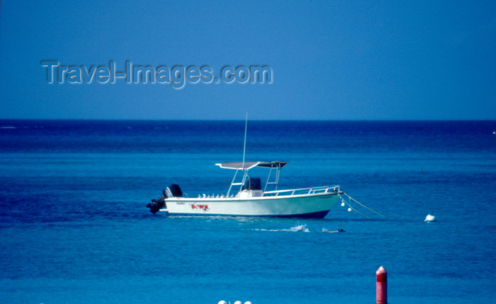 cayman17: Cayman Islands - Gran Cayman - Seven Mile Beach - boat on West Bay - photo by F.Rigaud - (c) Travel-Images.com - Stock Photography agency - Image Bank