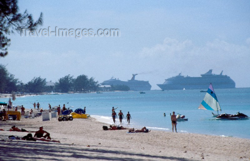 cayman2: Grand Cayman - Cayman islands - Grand Cayman: the Voyager of the Seas approaches the island - photo by F.Rigaud - (c) Travel-Images.com - Stock Photography agency - Image Bank