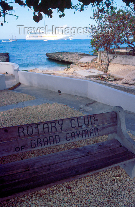 cayman20: Cayman Islands - Grand Cayman - George Town - Cruise ship and bench donated by the Rotary Club of Grand Cayman - photo by F.Rigaud - (c) Travel-Images.com - Stock Photography agency - Image Bank