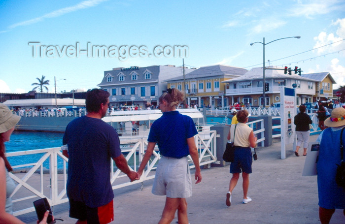 cayman8: Grand Cayman - Grand Cayman - George Town: tourists arriving - photo by F.Rigaud  - (c) Travel-Images.com - Stock Photography agency - Image Bank