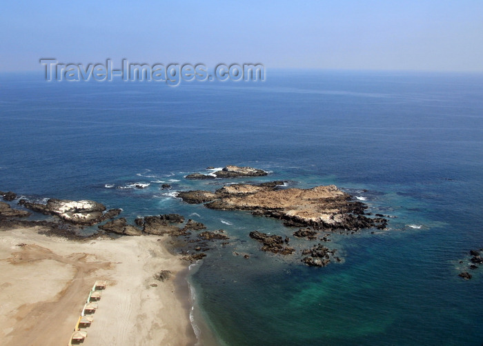 chile133: Iquique, Tarapacá Region, Chile: rocky beach - Pacific Ocean - photo by M.Torres - (c) Travel-Images.com - Stock Photography agency - Image Bank