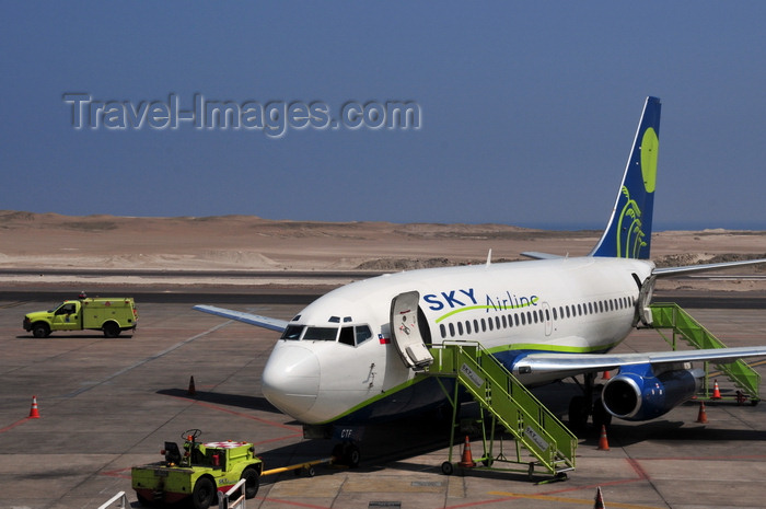 chile134: Iquique, Tarapacá Region, Chile: IQQ airport - Sky Airline Boeing 737-230Adv CC-CTF (cn 22122721) being serviced - photo by M.Torres - (c) Travel-Images.com - Stock Photography agency - Image Bank