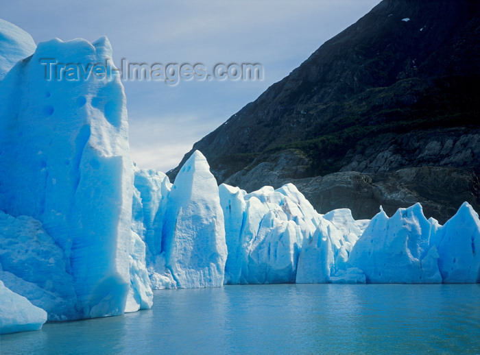 chile281: Torres del Paine National Park, Magallanes region, Chile: Grey Glacier - the giant ice wall arrives at Grey Lake - Chilean Patagonia - photo by C.Lovell - (c) Travel-Images.com - Stock Photography agency - Image Bank
