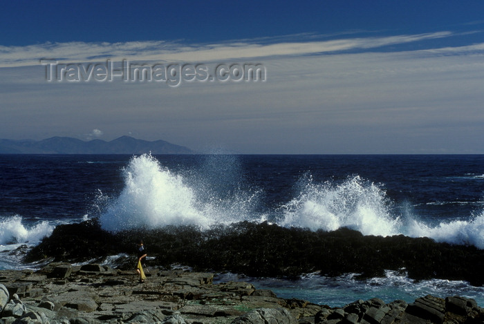 chile30: Los Molles, Valparaíso region, Chile: the Pacific Ocean smashes into the rocky shore - beach community north of Valparaiso - photo by C.Lovell - (c) Travel-Images.com - Stock Photography agency - Image Bank