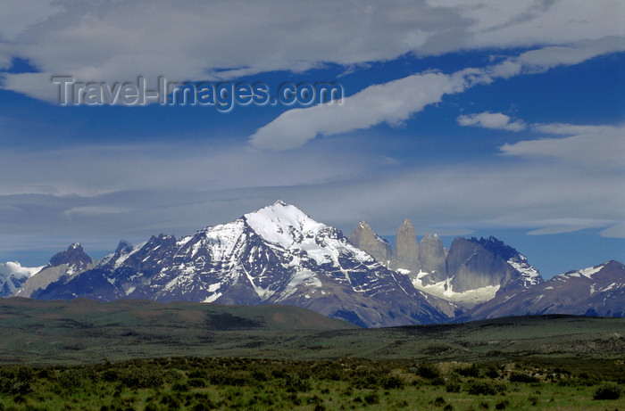 chile38: Torres del Paine National Park, Magallanes region, Chile: magnificent Andean peaks – Paine towers on the right - Chilean Patagonia - photo by C.Lovell - (c) Travel-Images.com - Stock Photography agency - Image Bank