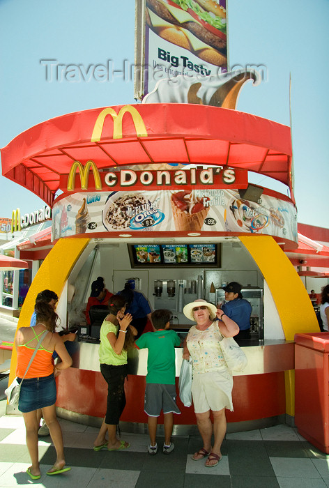 chile5: Chile - Arica: McDonald's burger kiosk - comida rápida - hamburguesas McDonald's - photo by D.Smith - (c) Travel-Images.com - Stock Photography agency - Image Bank