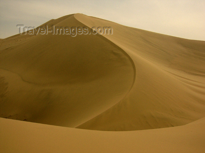 china188:  China - Dunhuang - Mingsha Mountain (Jiuquan, Gansu province): giant dune - desert - photo by M.Samper - (c) Travel-Images.com - Stock Photography agency - Image Bank
