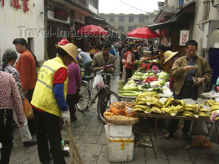 china227: Dali, Yunnan Province, China: market scene - street sweeper at the fruit section - photo by M.Samper - (c) Travel-Images.com - Stock Photography agency - Image Bank
