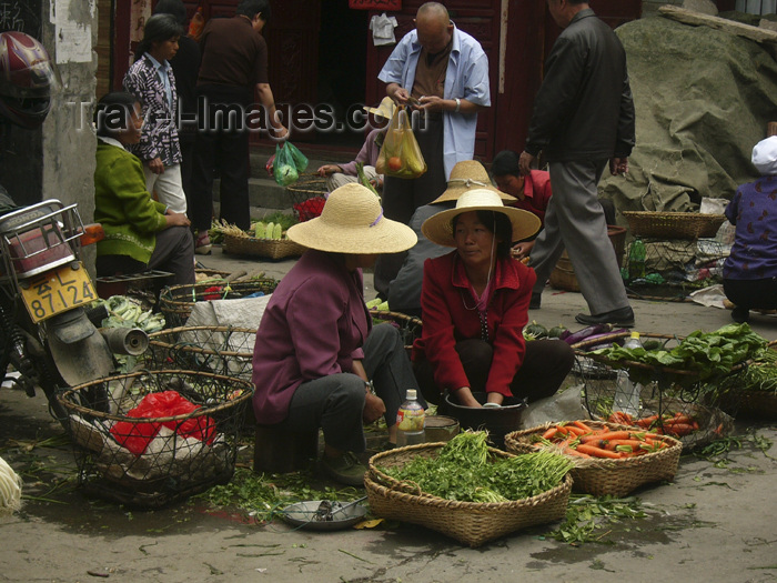china228: Dali, Yunnan Province, China: market scene - vegetable sellers gossip - photo by M.Samper - (c) Travel-Images.com - Stock Photography agency - Image Bank