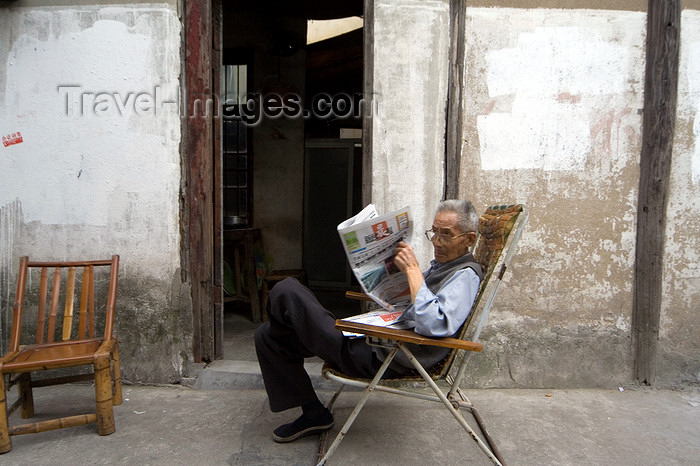 china270: Shanghai, China: Qibao town - man reading the newspaper - photo by Y.Xu - (c) Travel-Images.com - Stock Photography agency - Image Bank