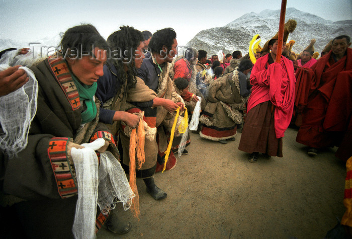 china274: Xiahe county, Gannan Tibetan Autonomous Prefecture, Gansu province, China: pilgrims worshipping - monks procession - photo by Y.Xu - (c) Travel-Images.com - Stock Photography agency - Image Bank