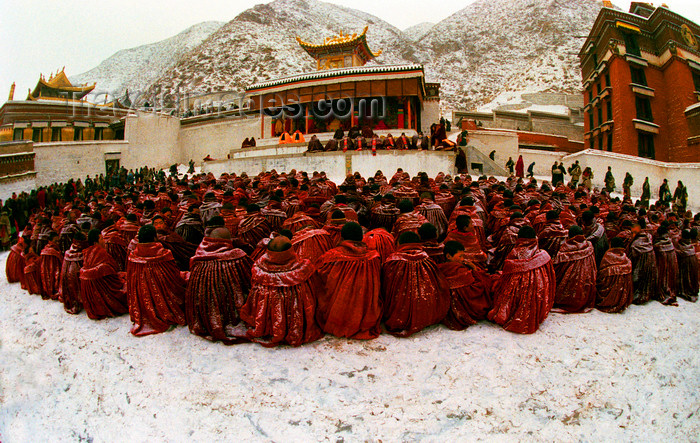 china276: Xiahe county, Gannan Tibetan Autonomous Prefecture, Gansu province, China: Labrang Monastery - religious ceremony - monks in the snow - Geluk (Yellow Hat) school of Tibetan Buddhism - photo by Y.Xu - (c) Travel-Images.com - Stock Photography agency - Image Bank