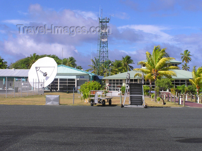 cocos-islands2: Cocos islands / Keeling islands / XKK - West Island - atoll: airport facilities - radio mast and satellite dish - communications - photo by Air West Coast - (c) Travel-Images.com - Stock Photography agency - Image Bank