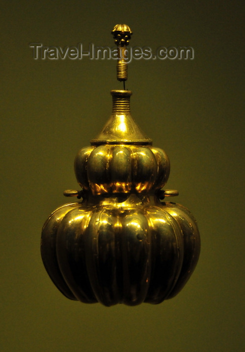 colombia164: Bogotá, Colombia: Gold Museum - Museo del Oro - tumbaga poporo - container that held lime used when chewing coca leaves - pumpkin shaped bottle with a lid - coca was used for activating the powers of concentration, memory and speech - photo by M.Torres - (c) Travel-Images.com - Stock Photography agency - Image Bank