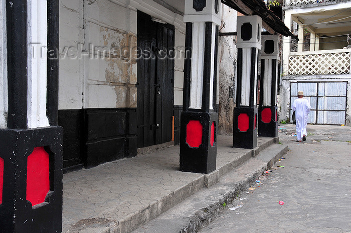 comoros100: Moroni, Grande Comore / Ngazidja, Comoros islands: pillars in the Arab quarter - medina - photo by M.Torres - (c) Travel-Images.com - Stock Photography agency - Image Bank