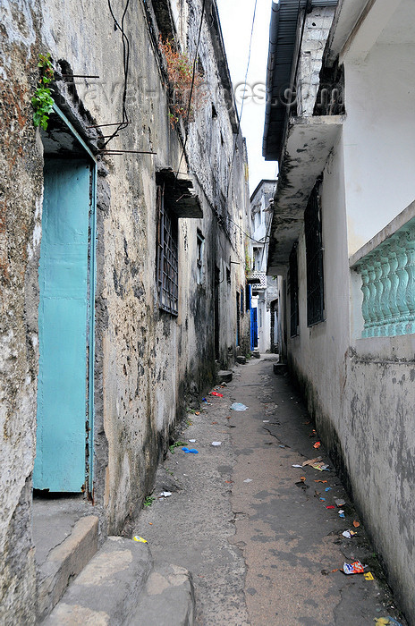comoros101: Moroni, Grande Comore / Ngazidja, Comoros islands: Arab quarter - Zanzibar style alley in the Medina - photo by M.Torres - (c) Travel-Images.com - Stock Photography agency - Image Bank