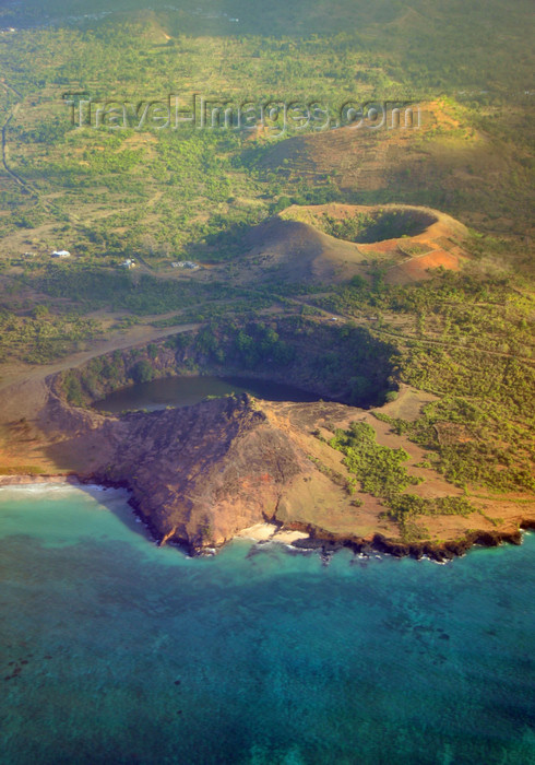 comoros11: Lac Salé, Grande Comore / Ngazidja, Comoros islands: three volcanic craters, the one on the foreground with a salt water lake - Northern coast - photo by M.Torres - (c) Travel-Images.com - Stock Photography agency - Image Bank