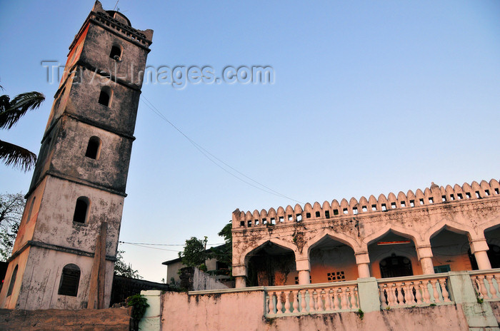 comoros17: Moroni, Grande Comore / Ngazidja, Comoros islands: mosque at the end of Avenue des Ministères, by the dhow port - photo by M.Torres - (c) Travel-Images.com - Stock Photography agency - Image Bank