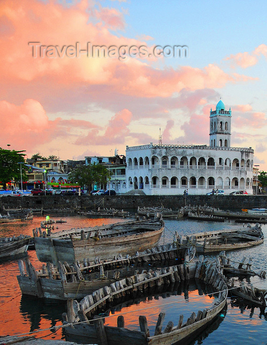 comoros18: Moroni, Grande Comore / Ngazidja, Comoros islands: dusk on the old dhow port and the Old Friday Mosque - Port aux Boutres et l'Ancienne mosquée du Vendredi - photo by M.Torres - (c) Travel-Images.com - Stock Photography agency - Image Bank